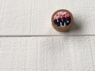 木と裂き織りのブローチ 丸04の画像