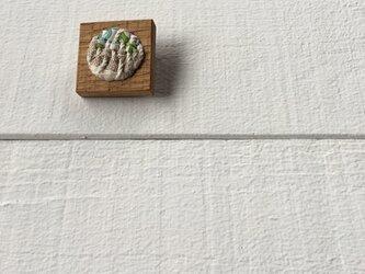 木と裂き織りのブローチ 角丸05の画像