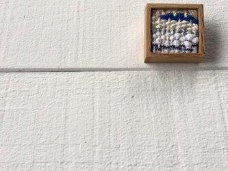 木と裂き織りのブローチ 小08の画像