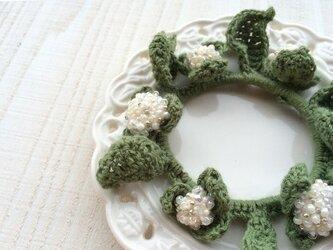白紫陽花のシュシュ【オーダーメイド】の画像