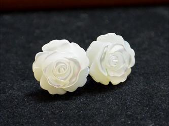 白薔薇の一粒ピアス(チタンポスト)の画像