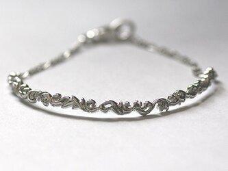 唐草が絡み合うシルバーブレスレット【送料無料】銀製のアラベスクが連なり、絡み合うようにデザインされたブレスレットですの画像