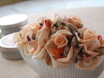和布とプリザーブドローズの装花 ー プリばらワーク ときいろの画像