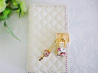手帳型スマホケースホワイト 南京錠ビジューの画像