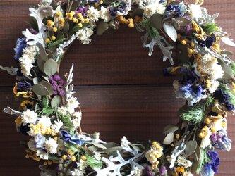 春の野花のリースの画像