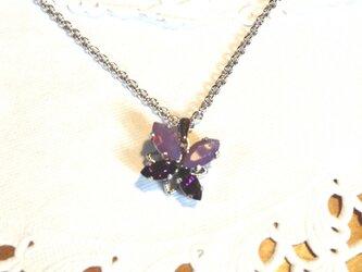 紫の蝶々のペンダントの画像
