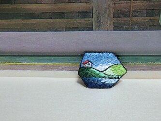 手刺繍ブローチ*湖を臨む家の画像