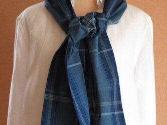 木綿薄地あわせの藍格子手織りストールの画像