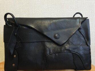 真鍮様オーダー専用:革の自然な曲線が目を惹く2WAYショルダーバッグの画像