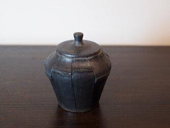 竹炭を細工し、蓋物にしたような陶器の蓋物。の画像