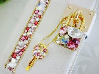 手帳型スマホケースホワイト ライン南京錠の画像