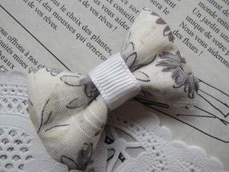 ★ベビー★ 白の花柄のリボンのヘアクリップの画像