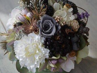 グレーのバラのアレンジメントの画像