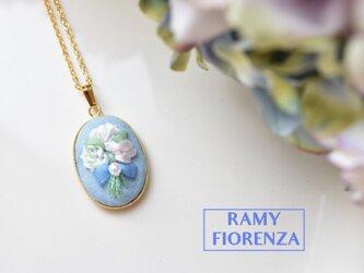ふっくら水色の花束のロングネックレスの画像