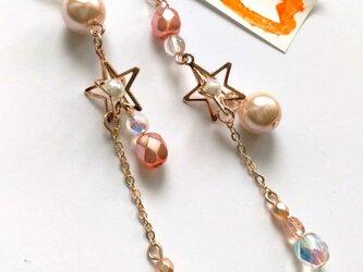 アシンメトリー 星ピアス(ピンク系)の画像