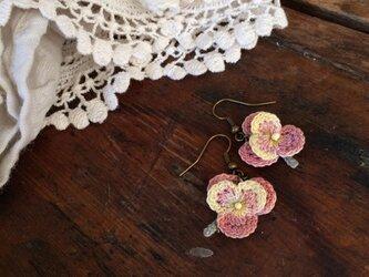 レース編みピアス ピンクの小さなパンジーの画像