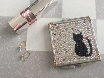 黒猫のコンパクトミラーの画像