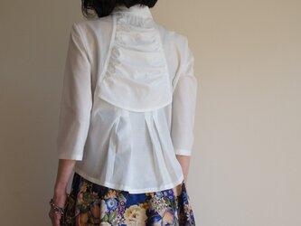 背中華やぐ白いシャツ Agasa の画像