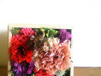 ピンクの木の箱アレンジの画像