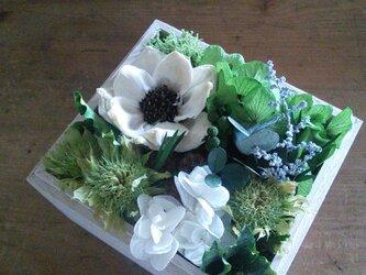 母の日の贈りもの・白グリーンの木の箱アレンジ No,2の画像