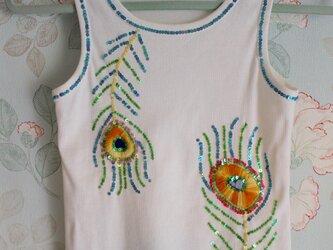 刺繍とスパンコールの孔雀タンクトップの画像