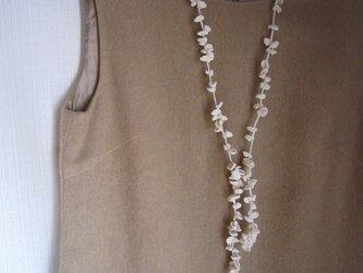 オフホワイト丸い葉のかぎ針編みネックレスの画像