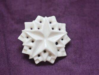 ブローチ五芒星ふち 白の画像