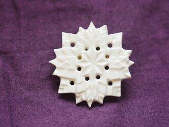 ブローチ糸巻ふち 白の画像