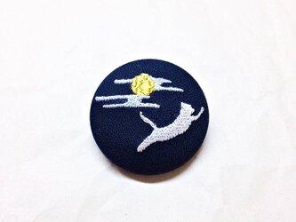 刺繍ボタンブローチ 「白猫、月夜を駆ける」の画像