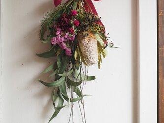 枝とユーカリの細長ピンクスワッグの画像