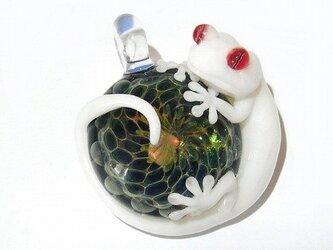 守宮(ヤモリさん) ペンダント トップ 【kengtaro/ケンタロー】白いヤモリとオパール ボロシリケイトガラスの画像