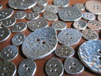 銀のボタン小の画像