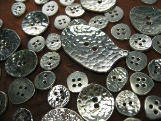 銀のボタン特大の画像