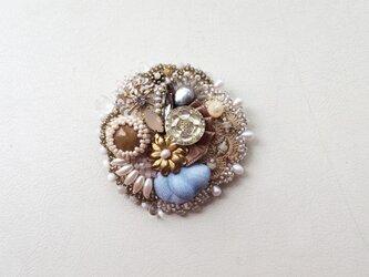 ビーズ刺繍のブローチ アサツユの画像