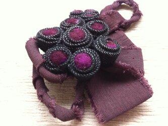 紫のブローチの画像