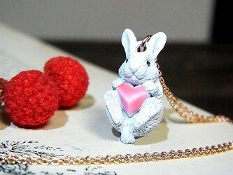 アリスの白ウサギ ネックレス【cuir carameliser/クイール キャラメリゼ】の画像