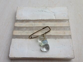 硝子の石ころ ブローチの画像
