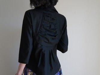 背中華やぐ黒いシャツ Agasa の画像