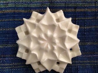 ブローチ コンパス 白の画像