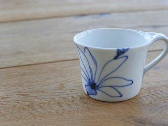 青いこぶしのコーヒーカップ の画像