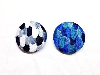 刺繍ボタンブローチ 「うろこパッチボタン」の画像