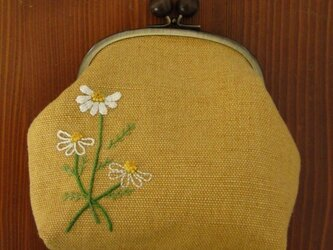 手刺繍・がまぐちポーチ(カモミール)の画像