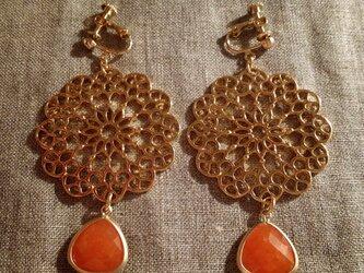 flowerとオレンジのイヤリングの画像