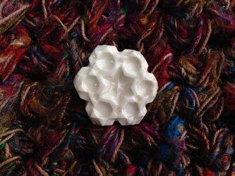 ブローチ扇形結晶 小 白の画像