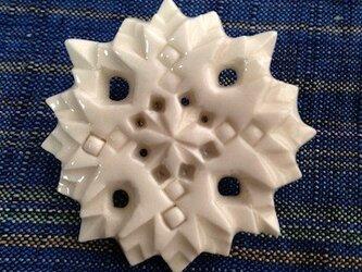 ブローチ菱四花四孔 白の画像