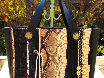 蛇革トート 横の画像