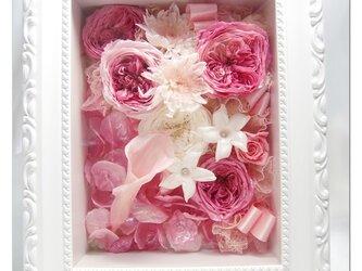 【プリザーブドフラワー フレームアレンジ/ピンク色の薔薇たちに込めた愛のメッセージ】の画像