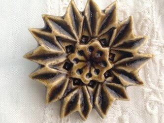 ブローチ薬師草の花 飴色の画像