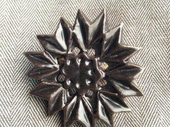 ブローチ薬師草の花 黒マットの画像