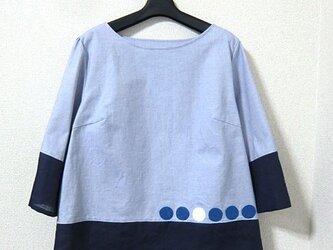 青い切替のブラウスの画像